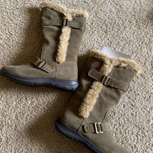 NWT Olive White Mountain Boots